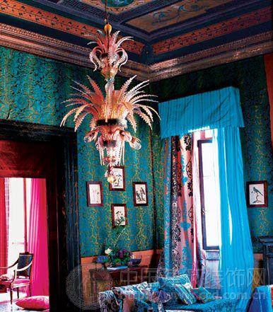 蓝色窗帘的条纹和民族花纹