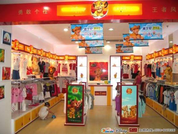 迪士尼狮子王童装专卖店设计效果图片 随着品牌消费意识的深入化,中国童装业加速产业升级节奏,一场自上而下的全行业整合浪潮正在涌起。 在规模达600亿元的中国童装市场上分散着800多家企业,没有一家企业能控制着相当规模的市场。其规模、研发和全球化资源配置能力远远要小于其外国竞争对手,在中国市场的影响能力也非常有限。