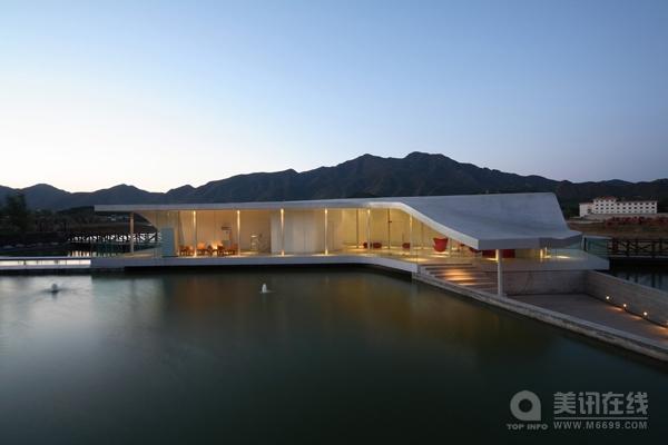 一个木桥通向红螺会所。这个房子有两部分,一部分是湖面上的游泳池,另一部分是水下平台。两条主道在房子中心会合,然后顺着各个通道延伸到一个上升的屋顶。一直替换的水面连接着这个上升屋顶,表达出从液态到固态的转变。这个空间结构和房子的功能自然的形成一个整体。 带领人们通向房子的主要通道位于水下1.