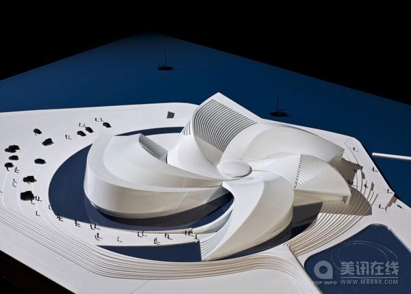 受到海水旋涡、鱼群和云层涡卷的启发,3XN设计了一座旋涡水族馆。围绕着中心大厅是各个微微弯曲的旋转结构。旋涡的第一个也是最长的分支随着景观的形状融入到地块中。 哥本哈根的这座The Blue Planet水族馆坐落在Amager岛上,靠近哥本哈根机场,从飞机上可以看到旋涡的全貌。从地面上靠近,人们会觉得这座建筑漂浮在圆形的池塘上,走在内部则像穿越了几个有机世界。 进入The Blue Planet,人们似乎看到另外一个世界,水族馆的池塘就是天花板,人们好像走在水下世界。从池塘看上去就是天空和阳光